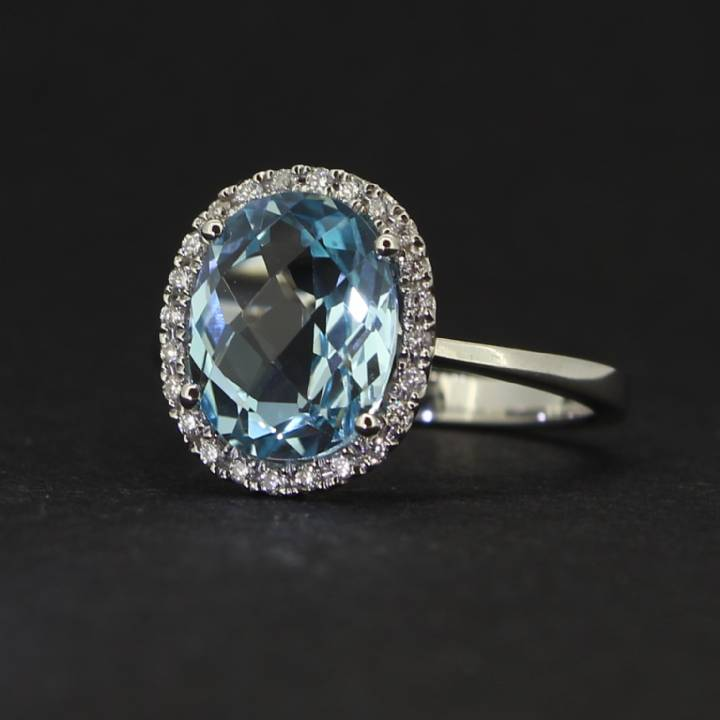 18ct White Gold Diamond And Blue Topaz Ring. 0580941