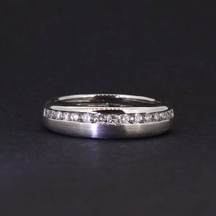 18ct White Gold Diamond Set Band Ring. 0580955